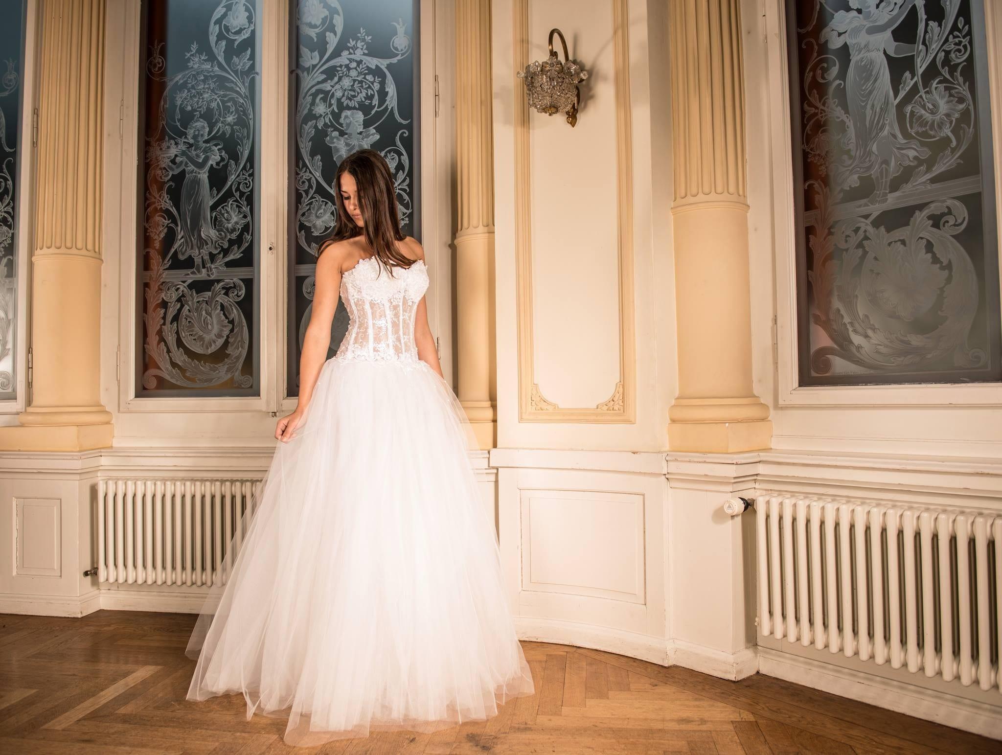 Femme regardant sa robe - Mariage-Perpignan - Robe Perpignan