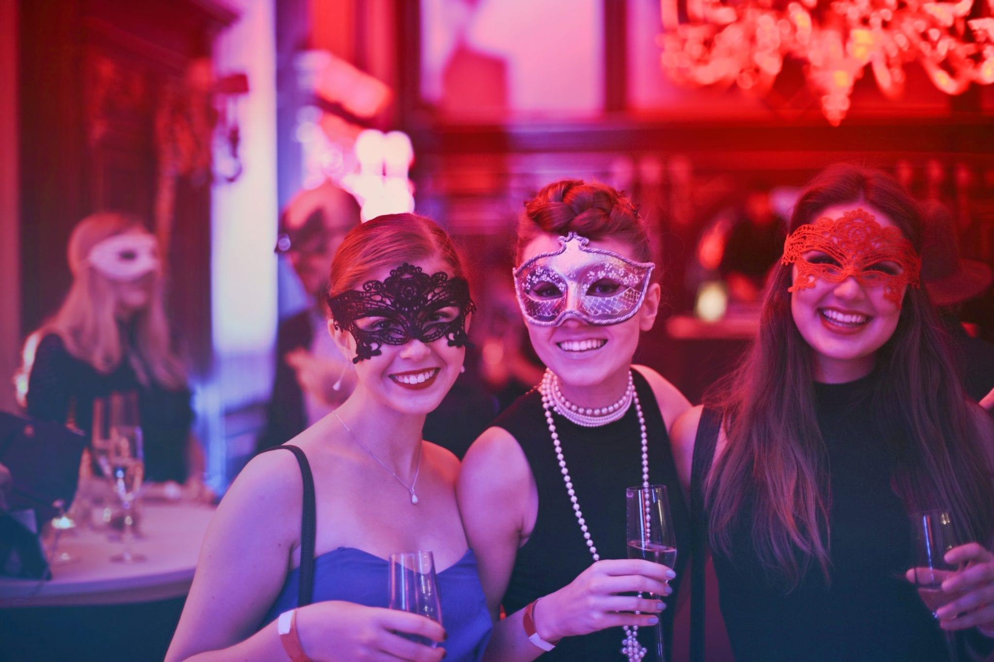 Jeune femme avec des invités portant un masque - Mariage Perpignan - Enterrement vie de jeune fille Perpignan