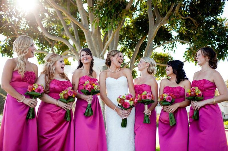 La mariée avec six demoiselles d'honneurs tenant chaque une un bouquet de fleur - Mariage Perpignan