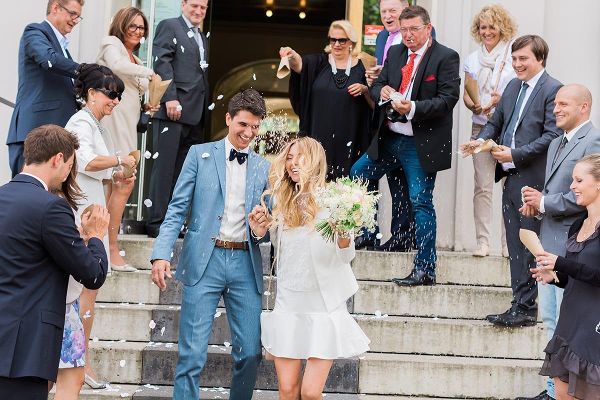 Les mariée avec les témoins et les invités jetant des pétales de fleurs - Mariage Perpignan -