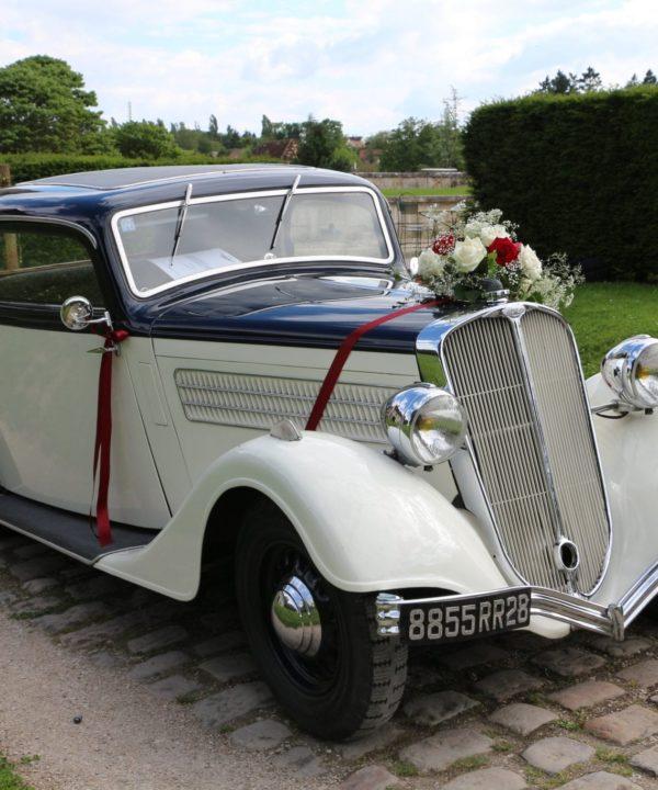 Photo d'une voiture de mariage louée par les mariées